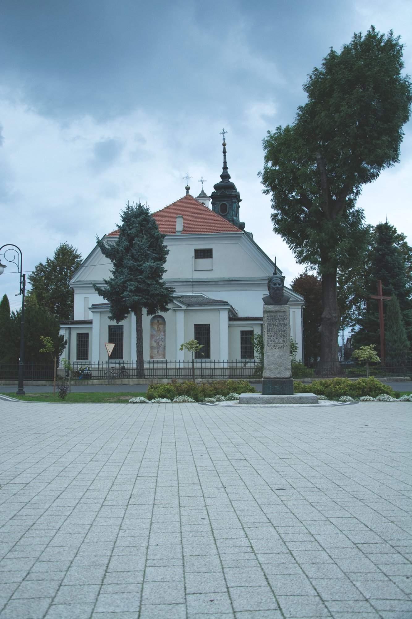 Centrum życia Wolborza: Kościół i kawałek placu. Wszystko zamiera po 17.