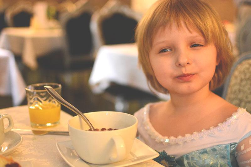 Elsa na śniadaniu